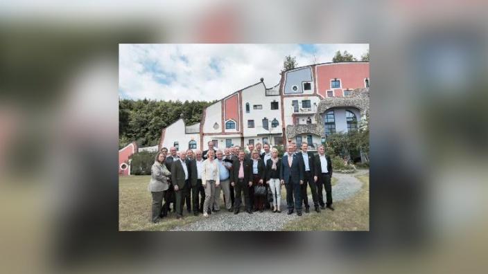 Die Abgeordneten der CDU-Fraktion vor dem Hundertwasser-Thermalbad in Blumau.