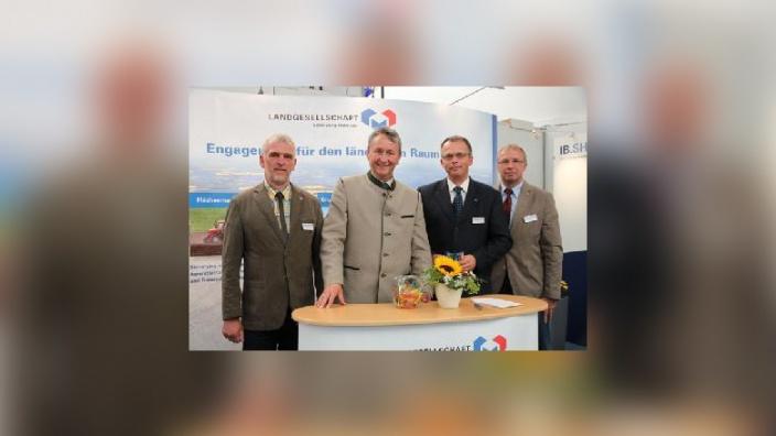 Jochen Thun, Hauke Göttsch, Thorsten Petrowitz und Claus Jarck am Stand der Landgesellschaft